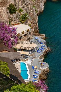 Italien, Kampanien, Sorrentinische Halbinsel, Amalfikueste: Hotelterrasse direkt am Meer | Italy, Campania, Sorrento Peninsula, Amalfi Coast: hotel terrace at the sea