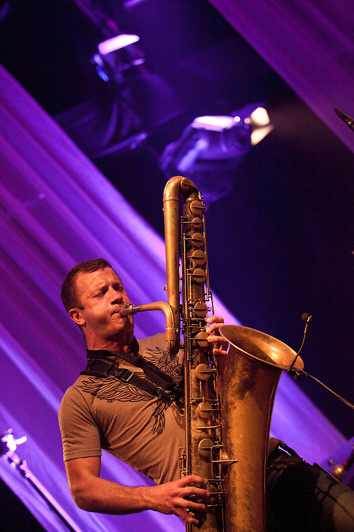 Europa, DEU, Deutschland, Nordrhein Westfalen, NRW, Rheinland, Niederrhein, Ruhrgebiet, Moers Festival 2010, Konzert, Matana Roberts, Colin Stetson & Shahzad Ismaily, Three musicians who could not be more different, each with a special link to Moers, meet in their adopted city of New York and decide to form a band. Matana Roberts, a guest in 2006, Colin Stetson, the surprise of last year's festival, and Shahzad Ismaily, who gave a total of three performances at Moers 2009, are here to celebrate the premiere of a new trio. Think heavy rhythms and contrapuntal melodies. Line up Matana Roberts_sax, Colin Stetson_bs, cl, Shahzad Ismaily_g, b, dr , Kategorien und Themen, Menschen, Mensch, Personen, Person, Menschenfotos, People, Musik, Musiker, Konzert, Konzerte, Events....[ For each utilisation of my images my General Terms and Conditions are mandatory. Usage only against use message and proof. Download of my General Terms and Conditions under http://www.image-box.com or ask for sending. A clearance before usage is necessary...Material is subject to royalties. Each utilisation of my images is subject to a fee in accordance to the present valid MFM-List...Contact | archive@image-box.org | www.image-box.com ]
