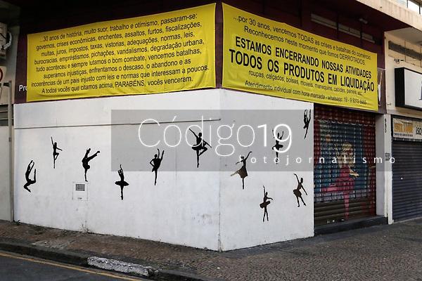 Campinas (SP), 29/05/2020 - Comércio - Comerciante encerra as atividades depois de 30 anos e pendura faixa de desabafo, devido a crise provocada pela pandemia de covid-19. A loja esta localizada na rua Irmã Serafina, no centro da cidade de Campinas, interior de São Paulo. Entorno da loja, vários imoveis tambem estão para alugar.