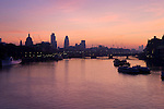 Great Britain, England, London: Sunrise over the City of London and River Thames from Waterloo Bridge, showing silhouettes of Saint Paul's Cathedral and the Gherkin (also known as Swiss Re Building) | Grossbritannien, England, London: Sonnenaufgang an der Themse, gesehen von Waterloo Bridge, mit der Silhouette der St. Paul's Kathedrale und dem Gherkin