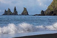 """Felsen, Felsnadeln, Reynisdrangar an der Küste von Vík í Mýrdal, """"Bucht am sumpfigen Tal"""", Vik i Myrdal,  liegt in der isländischen Gemeinde Mýrdalur und ist der südlichste Ort auf dem Festland Islands, Island. Vor der Küste befinden sich drei schwarze Felsnadeln (Dykes), die Reynisdrangar: """"Skessudrangur"""", """"Landdrangur"""" und """"Langsamur"""". Eine Legende berichtet, dass Trolle ein Schiff ans Land bringen wollten und dabei versteinert worden seien. Reynisdrangar are basalt sea stacks situated under the mountain Reynisfjall near the village Vík í Mýrdal, southern Iceland"""