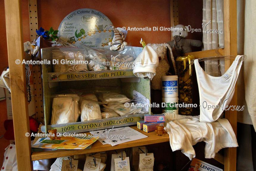 Negozio erboristeria e abiti di cotone biologico, a San Lorenzo, storico quartiere di Roma. Natural healthcare shop and biological cotton clothing, in San Lorenzo, historic district of Rome....