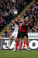Zweikampf Milorad Pekovic (l., FSV Mainz 05) mit Marco Russ und Alex Meier (beide Eintracht Frankfurt)