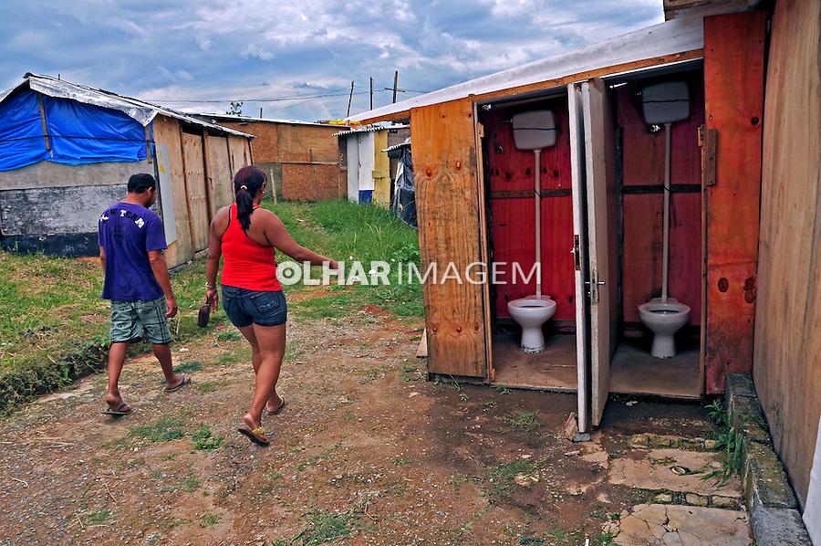 Banheiros comunitarios na Ocupaçao Jardim da Uniao em Grajau. Sao Paulo. 2014. Foto de Marcia Minillo.