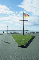Deutschland, Verkehrsinsel mit Fahnenmast und deutscher Flagge am Darsser Bodden / GERMANY, german flag at traffic island