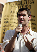 L'attore Fabrizio Gifuni parla sul palco della manifestazione in piazza Navona, Roma, 7 giugno 2010, contro i tagli del governo alla cultura..Actor Fabrizio Gifuni speaks during a protest in Rome, 7 june 2010, against financial cuts to culture..UPDATE IMAGES PRESS/Riccardo De Luca