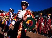 Dharamsala / India.Dharamsala, piccola stazione montana nello stato dell'Himachal Pradesh, nel nord dell'India, è nota per essere l'attuale sede del governo tibetano in esilio. Nella foto membri della comunità tibetana in abiti tradizionali..Foto Livio Senigalliesi.Dharamsala / India.Dharamsala is a hill station in Himachal Pradesh in the north of India, famed for its large Tibetan community centred around the activities of the Dalai Lama. In the picture some members of the tibetan community with traditional clothes..Photo Livio Senigalliesi.