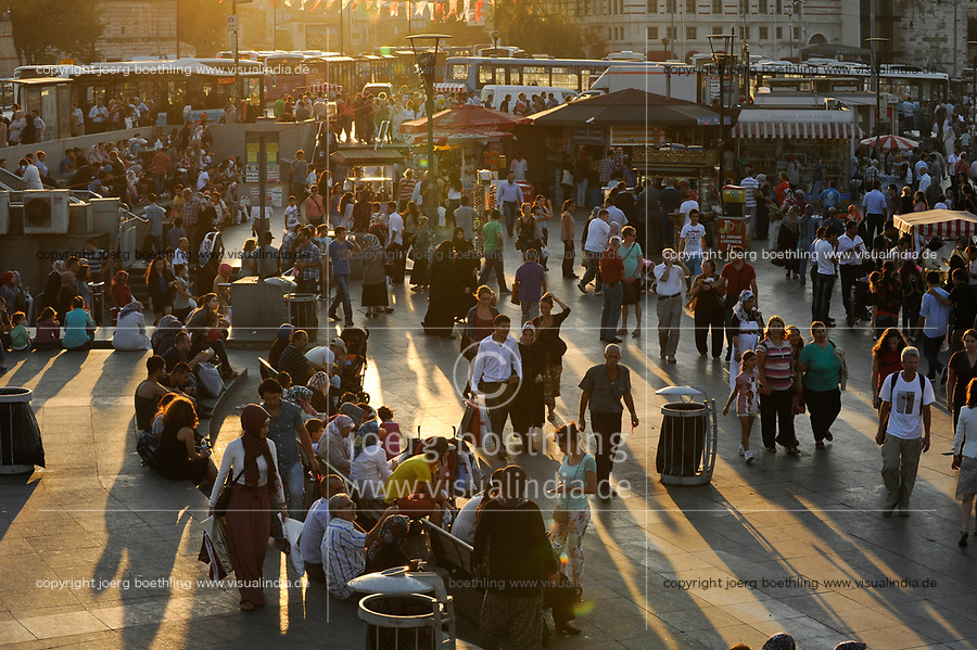 Turkey Istanbul, Eminonu, street life / TUERKEI Istanbul, Strassenszene in Eminonu