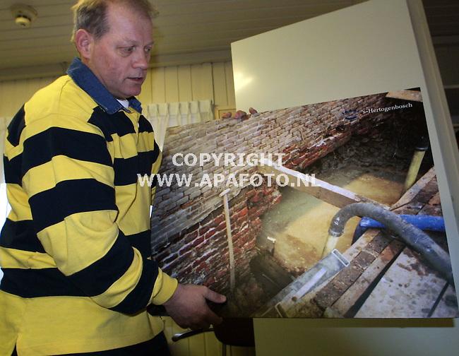 den bosch 210301 ir. theo bokstein laat aan de hand van foto's de slechtew toestand van de bosche vestingmuren <br />zien.<br />foto frans ypma APA-foto