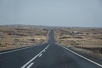 Les routes qui mènent à Adiyaman sont droites, entourées de quasi désert.