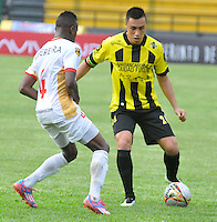 FLORIDABLANCA -COLOMBIA, 11-FEBERERO-2015.    Henry Rojas jugador de Alianza Petrolera disputa el bal—n con Aguilas Pereira durante encuentro  por la fecha 3 de la Liga Aguila I 2015 disputado en el estadio Alvaro G—mez Hurtado de la ciudad de Floridablanca./ Henry Rojas player of Alianza Petrolera fights for the ball with  Aguilas Pereira during match for the third date of the Aguila League I 2015 played at Alvaro Gomez Hurtado stadium in Floridablanca city Photo:VizzorImage / Jose Martinez  / STR