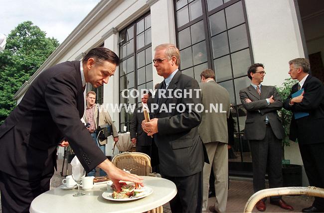 Rozendaal,02-06-99  Foto:Koos Groenewold <br />Staatssecretaris G.Ybema neemt een hapje van het karige `ontbijt` in kasteel Rosendael,na afloop van de officiele handeling(boekoverhandiging)