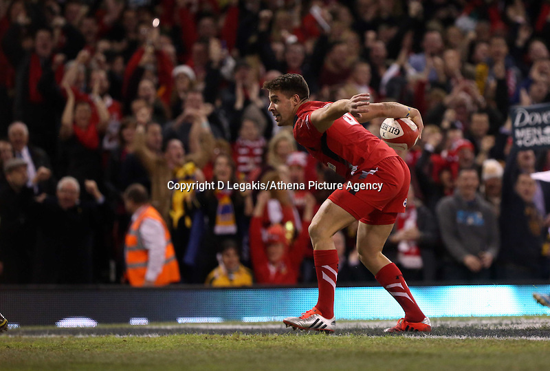 Pictured: Rhys Webb of Wales scores the first try for his team. Saturday 08 November 2014<br />