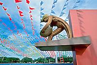 Monumento ao Garimpeiro. Praça do Centro Cívico em Boa Vista. Roraima. 2003. Foto de Juca Martins.