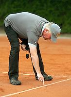 12-8-09, Den Bosch,Nationale Tennis Kampioenschappen, 1e ronde,  Scheidsrechter wijst de plek aan waar de bal is terecht gekomen.