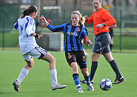 Club Brugge Dames - Rassing Harelbeke : Marijke Callebaut aan de bal.foto DAVID CATRY / Vrouwenteam.Be