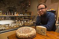 Italie, Val d'Aoste, Aoste: Stefano Lunardi, fromagerie: ErbaVoglio  // Italy, Aosta Valley, Aosta: Cheese shop, ErbaVoglio,  Stefano Lunardi