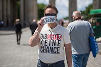 """Die der Gruppierung """"Patriotic Opposition Europe"""" des italienischen Rechtsextremisten Eric Graziani Gruenwald veranstaltete am Samstag den 6. Juni 2020 auf dem Pariser Platz in Berlin-Mitte eine Kundgebung um fuer """"Grundrechte"""" zu demonstrieren. Es wurden Reden gehalten, die zum Widerstand gegen die Bundesregierung und Angela Merkel aufriefen und in denen die Covid 19-Pandemie und die Massnahmen zur Eindaemmung der Pandemie als Verschwoerung gegen die Bevoelkerung bezeichnet wurden und die Bevoelkerung mit Zwangsimpfungen, der 5G-Mobilfunktechnik sowie durch Bill Gates unterdrueckt werden soll. <br /> Es kamen ca. 60 Menschen aus verschiedenen Bundeslaendern.<br /> Im Bild: Ein Kundgebungsteilnehmer mit einem T-Shirt mit der Aufschrift """"Gib Gates keine Chance"""".<br /> 6.6.2020, Berlin<br /> Copyright: Christian-Ditsch.de<br /> [NUR FUER REDAKTIONELLE ZWECKE! Werbung nur auf Anfrage beim Fotografen. Inhaltsveraendernde Manipulation des Fotos nur nach ausdruecklicher Genehmigung des Fotografen. Vereinbarungen ueber Abtretung von Persoenlichkeitsrechten/Model Release der abgebildeten Person/Personen liegen nicht vor. NO MODEL RELEASE! Don't publish without copyright Christian-Ditsch.de, Veroeffentlichung nur mit Fotografennennung, sowie gegen Honorar, MwSt. und Beleg. Konto: I N G - D i B a, IBAN DE58500105175400192269, BIC INGDDEFFXXX, Kontakt: post@christian-ditsch.de<br /> Bei der Bearbeitung der Dateiinformationen darf die Urheberkennzeichnung in den EXIF- und  IPTC-Daten nicht entfernt werden, diese sind in digitalen Medien nach §95c UrhG rechtlich geschuetzt. Der Urhebervermerk wird gemaess §13 UrhG verlangt.]"""