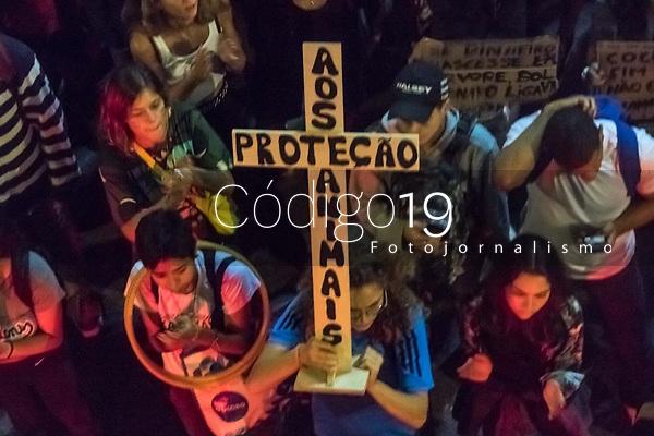 RJ. RIO DE JANEIRO 23.08.19 PROTESTO AMAZÔNIA Manifestantes se reuniran na Cinelândia, centro do Rio para protestar contra o governo Bolsonaro e as queimadas na Amazônia . (Foto: Ellan Lustosa / Código19)
