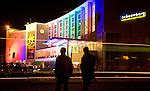 Nederland, utrecht , 22-12-2006, stadsschouwburg, schouwburg, verlicht in felle kleuren voor het kerstcircus cascade.. © foto Michael Kooren./ HH.