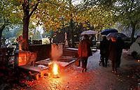 Nederland  - 2019.  Rooms-Katholieke begraafplaats . Allerzielen. De begraafplaats is verlicht. Foto mag niet in negatieve / schadelijke context gepubliceerd worden.    Foto Berlinda van Dam / Hollandse Hoogte