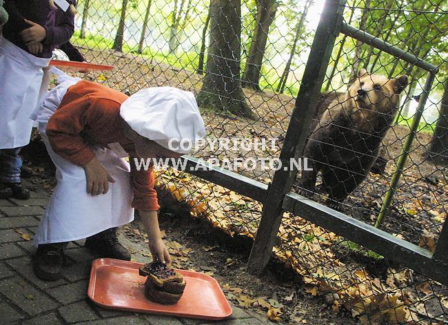 Rhenen, 031001<br />In Ouwenhands dierenpark maken kinderen eten voor de dieren. Een jongetje pakt een boterham met jam voor de beer<br />Foto: Sjef Prins / APA Foto