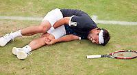 17-6-09, Rosmalen, Tennis, Ordina Open 2009, Marcus Baghdatis grijpt schreeuwend van pijn naar zijn knie, hij moet het veld met een brancard verlaten