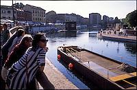 Milano, la darsena. Vecchio barcone usato un tempo per il trasporto di merci --- Milan, the darsena (harbor). An old pontoon used in the past to transport goods