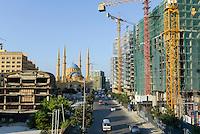 LEBANON, Beirut, Mohammed-al-Amin-Mosque,  a sunni mosque build 2008 at place of martyrs, which was during civil war the so called green line of demarcation, the battle field between muslim and christian milicia, in front during war destroyed cinema / LIBANON, Beirut, Mohammed-al-Amin-Moschee, eine sunnitische Moschee und Freitagsmoschee der libanesischen Hauptstadt, wurde 2008 am Platz der Maertyrer in der Innenstadt Beiruts eingeweiht, hier verlief die Demarkationslinie green line  im Buergerkrieg, die Kampfzone zwischen Milizen von Muslimen und Christen, im Krieg zerstoertes Kino im Vordergrund