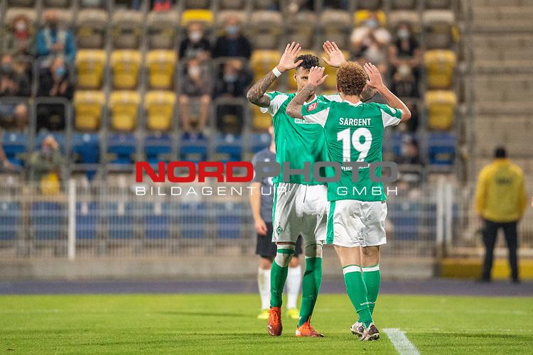 12.09.2020, Ernst-Abbe-Sportfeld, Jena, GER, DFB-Pokal, 1. Runde, FC Carl Zeiss Jena vs SV Werder Bremen<br /> <br /> Jubel 0:1 Joshua Sargent (Werder Bremen #19) mir Davie Selke  (SV Werder Bremen #09)<br /> Querformat<br /> Zuschauer leere Raenge HIntergrund Corona<br /> <br /> <br />  <br /> <br /> <br /> Foto © nordphoto / Kokenge