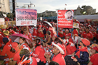 Thailand. Bangkok. Red-shirted supporters of ousted premier Thaksin Shinawatra gather outside Government House to demand the dissolution of the House of Representatives and the resignation of the Democrat led coalition. Thousand of anti-government Democratic Alliance against Dictatoship (DAAD) protesters shout slogans while demonstrating. Each day by late afternoon, the red-shirt uprising swells with thousand supporters to hear verbal attacks against the government. A new political crisis with the red power political movement. We want democracy.  29.03.09 © 2009 Didier Ruef