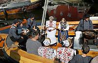 Nederland Spakenburg  2016. Visserijdag in Spakenburg. Tijdens de Visserijdag ligt de haven vol met historische schepen en dragen veel inwoners klederdracht. Mensen in klederdracht eten gebakken vis op een boot.  Foto Berlinda van Dam / Hollandse Hoogte