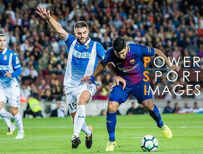 Luis Alberto Suarez Diaz of FC Barcelona (R) fights for the ball with David Lopez Silva (L) of RCD Espanyol during the La Liga match between FC Barcelona vs RCD Espanyol at the Camp Nou on 09 September 2017 in Barcelona, Spain. Photo by Vicens Gimenez / Power Sport Images
