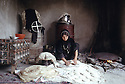 Irak 1992   Une femme préparant du pain pour sa famille à Halabja   Iraq 1992   A woman cooking bred for her family in Halabja