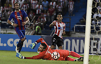 BARRANQUIILLA - COLOMBIA, 19-09-2017: Luis Diaz Marulanda (C) del Atlético Junior de Colombia dispara para anotar un gol a Cerro Porteño de Paraguay durante partido de vuelta por los octavos de final, llave 5, de la Copa CONMEBOL Sudamericana 2017  jugado en el estadio Metropolitano Roberto Meléndez de la ciudad de Barranquilla. / Luis Diaz Marulanda (C) player of Atlético Junior of Colombia shoots to score a goal to Cerro Porteño of Paraguay during second leg match for the eight finals, key 5, of the Copa CONMEBOL Sudamericana 2017played at Metropolitano Roberto Melendez stadium in Barranquilla city.  Photo: VizzorImage / Gabriel Aponte / Staff
