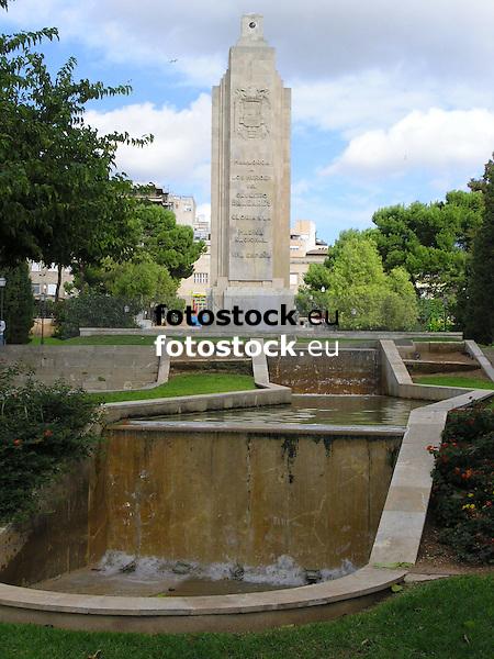 monument and fountain in Parque de la Feixina<br /> <br /> monumento y fuente en el Parque de la Feixina<br /> <br /> Denkmal und Springrunnen im Parque de la Feixina<br /> <br /> 1600 x 1200 px
