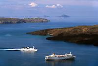 Kreuzfahrt-Schiffe vor der Vulkaninsel Nea Kameni  bei Insel Santorin (Santorini), Griechenland, Europa