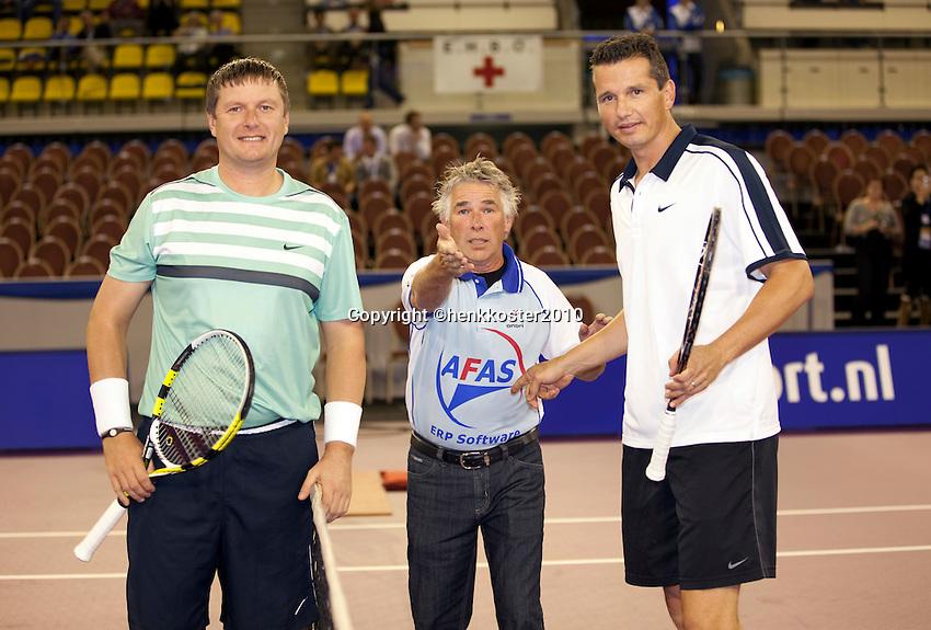 30-09-10, Eindhoven, Tennis, Afas Tennis Classics 2010,  Kafelnikov(L) umpire Frank Vriens en Richard Krajicek