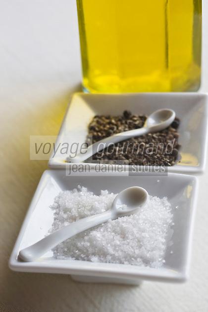 Europe/France/Provence-Alpes-Côte d'Azur/83/Var/La Cadière d'Azur: Sel poivre et  huile d'olive sur la table du restaurant de l'Hostellerie Bérard