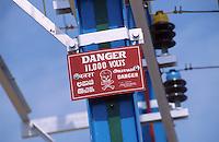 INDIA Tamil Nadu, power grid / INDIEN Strommast mit Warnschild