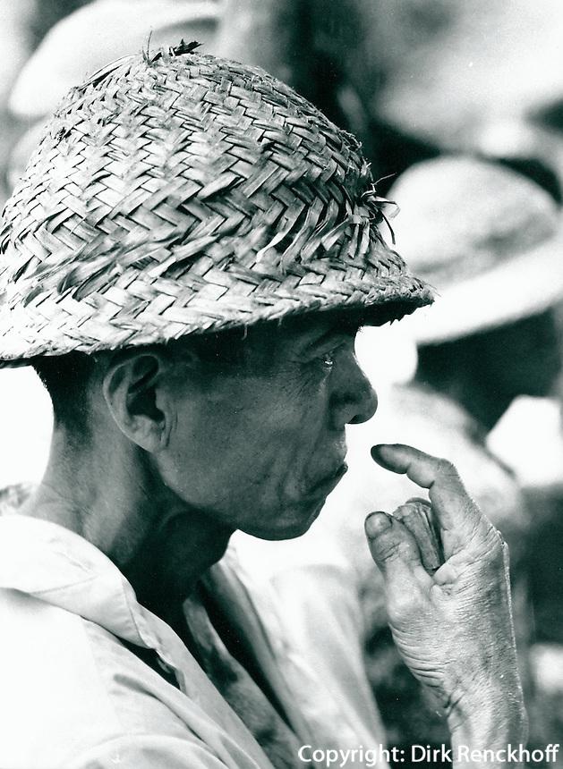 Zuschauer beim Hahnenkampf auf  Bali, Indonesien 1972