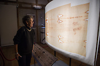 """""""Wer ist der Mann auf dem Tuch?"""", fragt die erste in Deutschland praesentierte Ausstellung zum sog. Turiner Grabtuch.<br /> Vom 23.Januar bis zum 11.Maerz 2015 kann eine Nachbildung des Grabtuches und sowie ein Korpus, der aus einer 3D-Betrachtung der Spuren am Tuch gefertigt<br /> wurde, im Malteser-Saal in Berlin-Charlottenburg besichtigt werden. Weitere Ausstellungsstuecke sind unter anderem eine Dornenhaube oder Naegel, die zur<br /> damaligen Zeit bei einer Kreuzigung verwendet wurden.<br /> 22.1.2015, Berlin<br /> Copyright: Christian-Ditsch.de<br /> [Inhaltsveraendernde Manipulation des Fotos nur nach ausdruecklicher Genehmigung des Fotografen. Vereinbarungen ueber Abtretung von Persoenlichkeitsrechten/Model Release der abgebildeten Person/Personen liegen nicht vor. NO MODEL RELEASE! Nur fuer Redaktionelle Zwecke. Don't publish without copyright Christian-Ditsch.de, Veroeffentlichung nur mit Fotografennennung, sowie gegen Honorar, MwSt. und Beleg. Konto: I N G - D i B a, IBAN DE58500105175400192269, BIC INGDDEFFXXX, Kontakt: post@christian-ditsch.de<br /> Bei der Bearbeitung der Dateiinformationen darf die Urheberkennzeichnung in den EXIF- und  IPTC-Daten nicht entfernt werden, diese sind in digitalen Medien nach §95c UrhG rechtlich geschuetzt. Der Urhebervermerk wird gemaess §13 UrhG verlangt.]"""