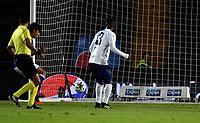 BOGOTÁ - COLOMBIA, 28–02-2019: Roberto Ovelar de Millonarios patea para anotar el tercer gol a César Giraldo guardameta de Unión Magdalena (Fuera de Cuadro), durante partido de la fecha 7 entre Millonarios y por la Liga Águila I 2019, jugado en el estadio Nemesio Camacho El Campín de la ciudad de Bogotá. / Roberto Ovelar player of Millonarios shoot to scored a third goal to Cesar Giraldo goalkeeper of Unión Magdalena, during a match of the 7th date between Millonarios and Union Magdalena, for the Aguila Leguaje I 2019 played at the Nemesio Camacho El Campin Stadium in Bogota city, Photo: VizzorImage / Luis Ramírez / Staff.
