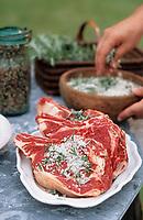Europe/France/Gastronomie générale: Repas en plein air - Assaisonnement des côtes de boeuf (Gros sel, romarin et baies) - Barbecue