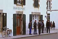 Europe/France/Bretagne/29/Finistère/Penmarc'h/Saint-Guénolé: Pêcheurs devant le Bar du Port<br /> PHOTO D'ARCHIVES // ARCHIVAL IMAGES<br /> FRANCE 1990