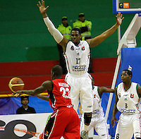 MANIZALES-COLOMBIA. 01-04-2013. Jermain Abraham del Once Caldas trata de bloquear la jugada de Rentería de Halcones de Cúcuta durante partido de la fecha 21 de la Liga Direct TV de baloncesto Profesional de Colombia 2013./ Jermain Abraham of Once Caldas tries to block passing the ball of  Renteria  of Halcones de Cucuta during the game of the date 21 of Colombian Professional basketball League DirecTV 2013. Photo: VizzorImage/JJ Bonilla/STR