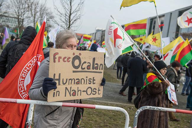 Kurden-Protest vor dem Kanzleramt anlaesslich des Besuch des tuerkischen Ministerpraesidenten Binali Yildirim bei Bundeskanzlerin Angela Merkel.<br /> Die Demonstranten forderten den Abzug tuerkischer Truppen aus dem Norden von Syrien, wo die Tuerkei die Stadt Afrin angreift um die dort lebenden Kurden zu vertreiben. Zudem forderten die Demonstranten, dass die Bundesregierung die Unterstuetzung der Tuerkei mit Waffen und Panzern beenden soll.<br /> Im Bild: Eine Demonstrantin fordert die Freilassung des in der Tuerkei inhaftierten Chef der als Terrororganisation verbotenen Kurdischen Arbeiter Partei PKK, Oecalan.<br /> 15.2.2018, Berlin<br /> Copyright: Christian-Ditsch.de<br /> [Inhaltsveraendernde Manipulation des Fotos nur nach ausdruecklicher Genehmigung des Fotografen. Vereinbarungen ueber Abtretung von Persoenlichkeitsrechten/Model Release der abgebildeten Person/Personen liegen nicht vor. NO MODEL RELEASE! Nur fuer Redaktionelle Zwecke. Don't publish without copyright Christian-Ditsch.de, Veroeffentlichung nur mit Fotografennennung, sowie gegen Honorar, MwSt. und Beleg. Konto: I N G - D i B a, IBAN DE58500105175400192269, BIC INGDDEFFXXX, Kontakt: post@christian-ditsch.de<br /> Bei der Bearbeitung der Dateiinformationen darf die Urheberkennzeichnung in den EXIF- und  IPTC-Daten nicht entfernt werden, diese sind in digitalen Medien nach §95c UrhG rechtlich geschuetzt. Der Urhebervermerk wird gemaess §13 UrhG verlangt.]