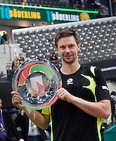 13-02-11,  Tennis, Rotterdam, ABNAMROWTT 2011, Winnaar Robin Soderling met de troffee en op de achtergrond zijn naam twee maal op de boarding
