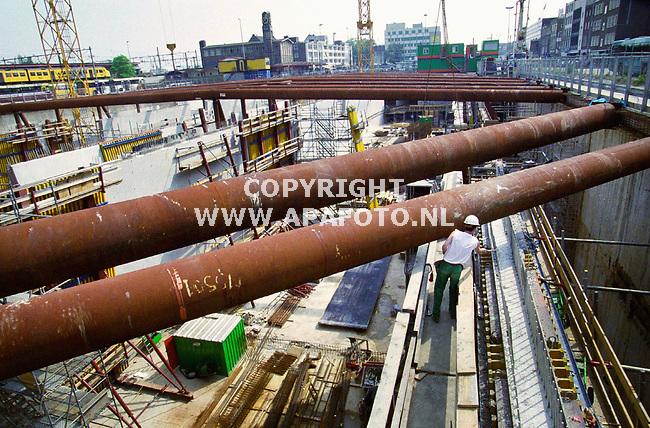 Arnhem , 080500  Foto : Koos Groenewold / APA<br />VRIJBLIJVEND<br />Bij het station in Arnhem wordt nog steeds hard gewerkt aan de bouw van de parkeergarage. Voordat het gehel Arnhem Centraal project voltooid zal zijn is het 2015 .