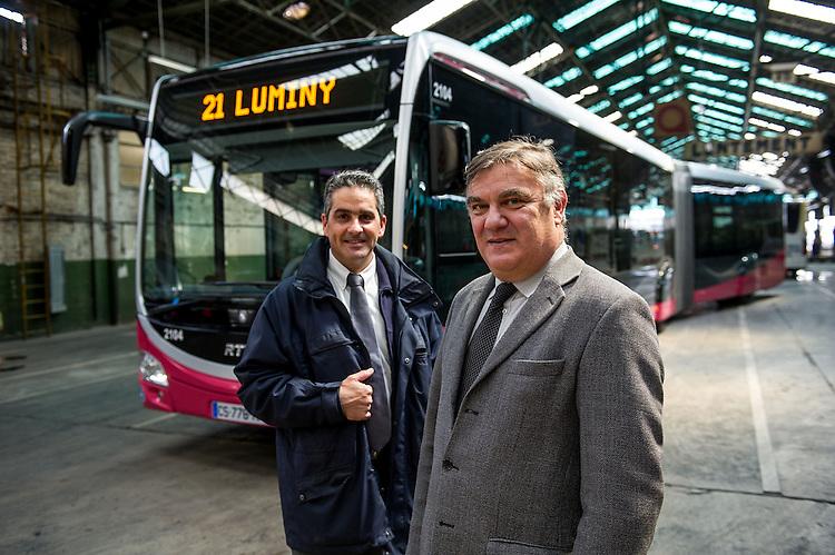 Albert GAGLIARDONE et le Chef de ligne Alain HATCHIKIAN  devant le BHNS .- Images personnel et matériel RTM - Régie des Transports Marseillais - Marseille